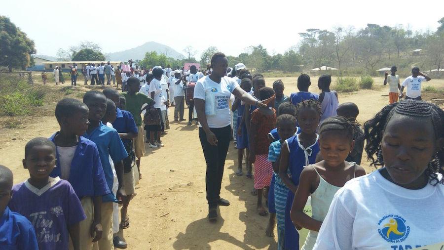 Actividad comunitaria en Nieni por el Día internacional de la Mujer  para luchar contra la violencia de género, el matrimonio adolescente, las violaciones  y fomentar los derechos de las mujeres rurales en Sierra Leona..